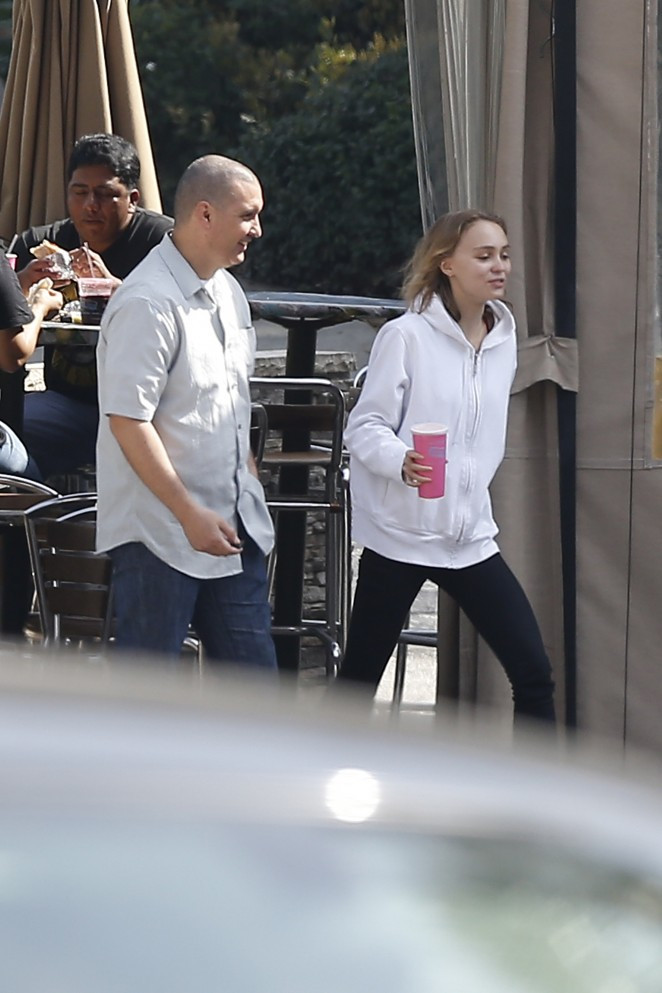 Lily Rose Depp Having lunch -01