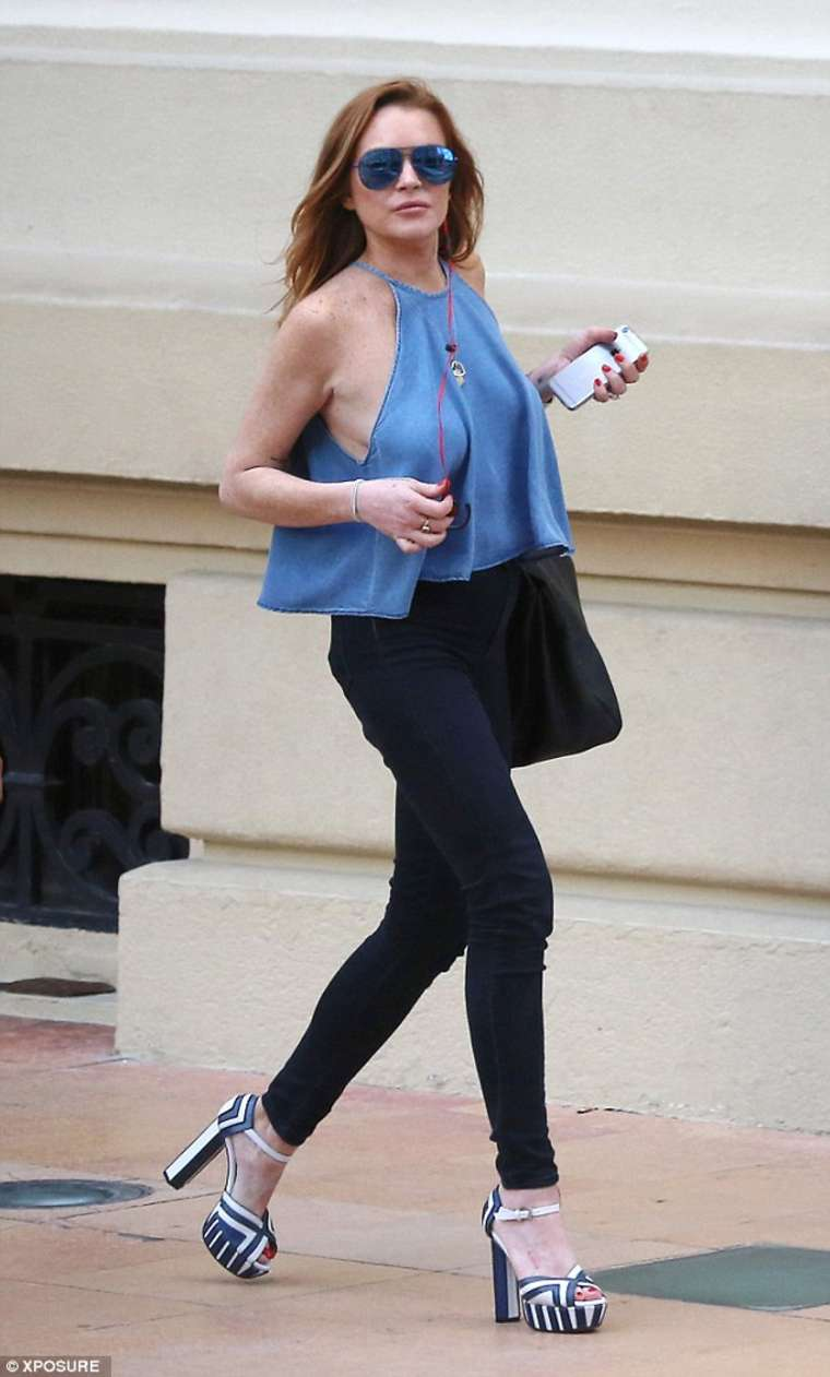 Lindsay Lohan 2015 : Lindsay Lohan in Tigth Pants -01