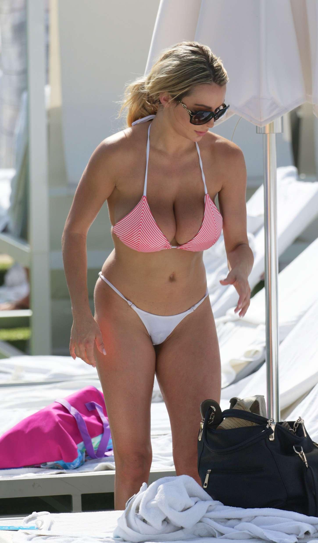 Lindsey-Pelas-in-Bikini--13.jpg