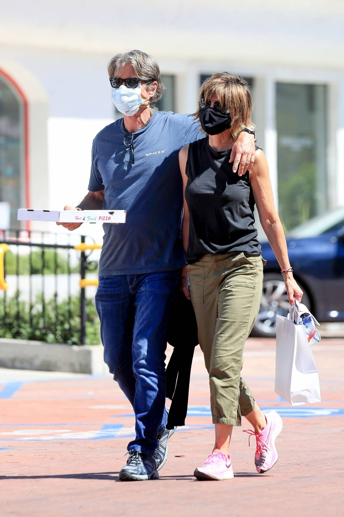 Lisa Rinna 2020 : Lisa Rinna – Grabs some pizza in Malibu-08