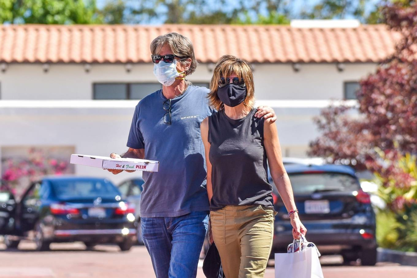 Lisa Rinna 2020 : Lisa Rinna – Grabs some pizza in Malibu-11