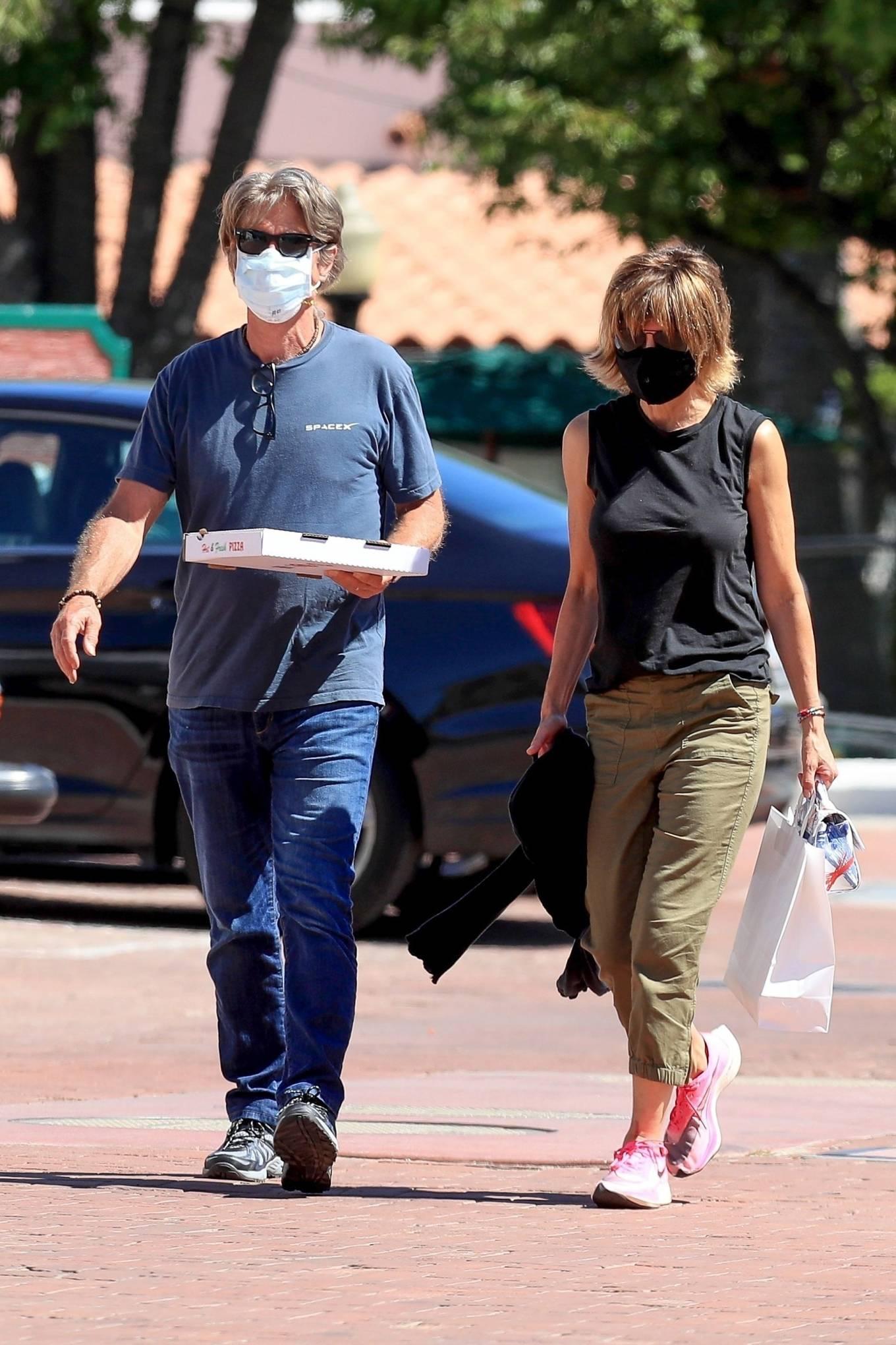 Lisa Rinna 2020 : Lisa Rinna – Grabs some pizza in Malibu-23