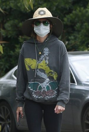 Lisa Rinna is fully covered up on her morning walk in LA
