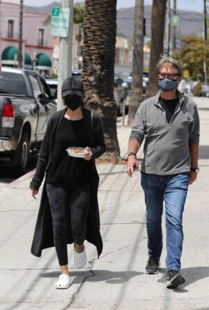 Lisa Rinna - With husband Harry Hamlin lunch at Cafe Vida in Pacific Palisades