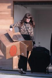 Liv Tyler is seen taking out boxes from her new house in Malibu