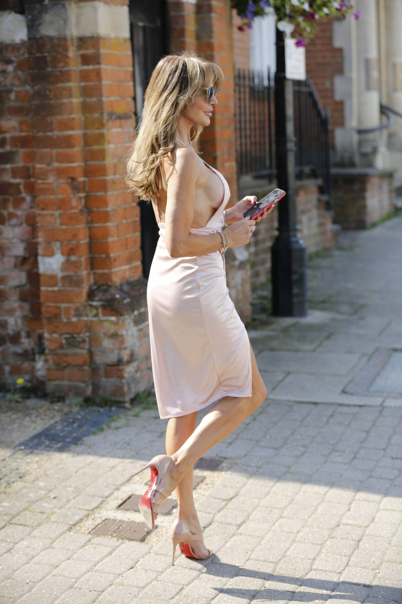 Lizzie Cundy - Look chic while out and about