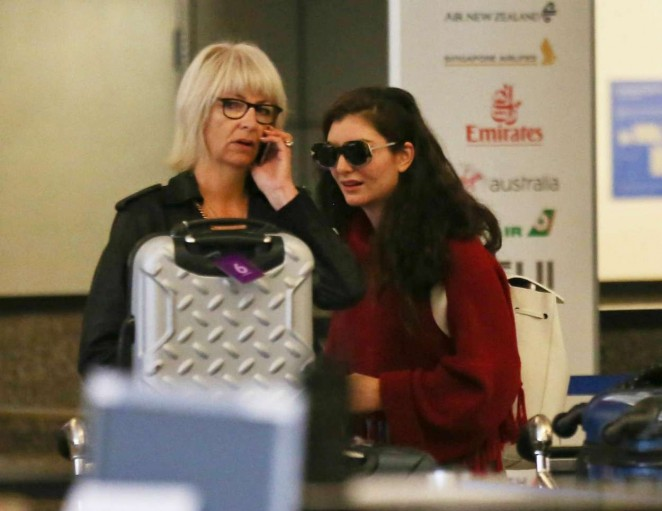 Lorde at LAX airport -02