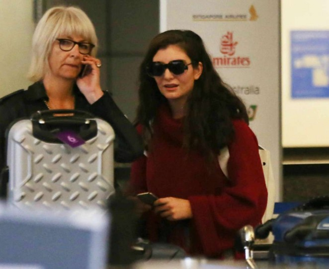 Lorde at LAX airport -04