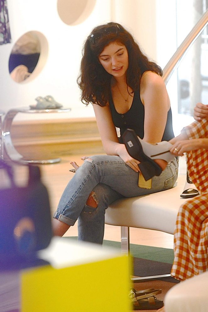 Lorde in Jeans Shopping -10