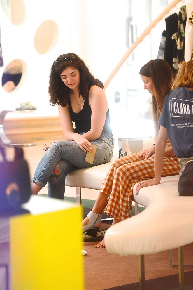 Lorde in Jeans Shopping -19
