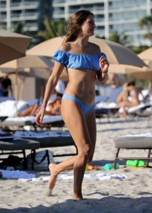 Lucy Aragon in Bikini does yoga on the beach in Miami Pic 9 of 35