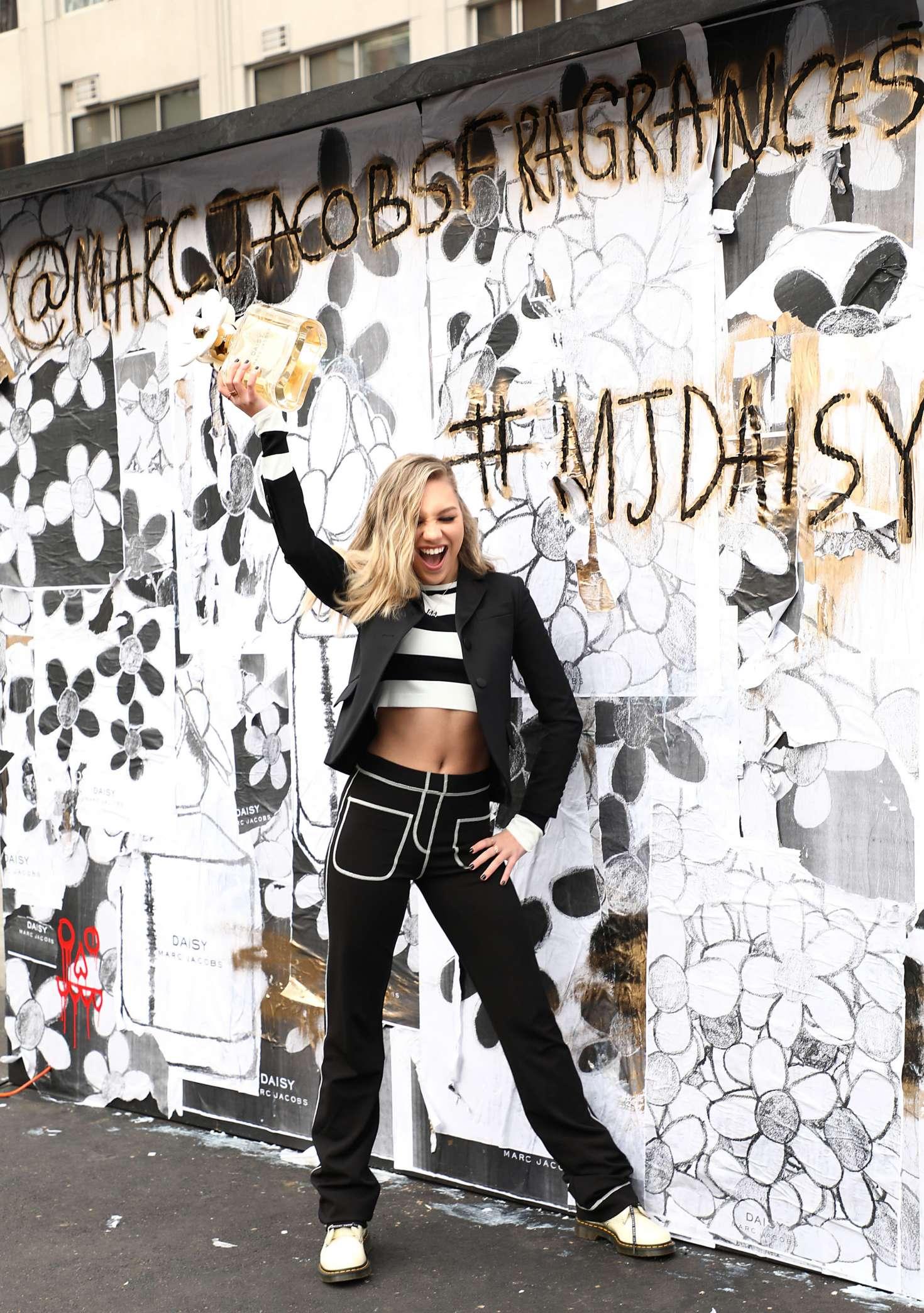 Maddie Ziegler 2018 : Maddie Ziegler: Daisy Marc Jacobs Popup Newsstand -10