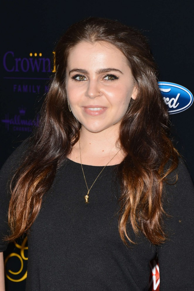 The 29-year old daughter of father Jeff Whitman and mother Pat Musick, 155 cm tall Mae Whitman in 2018 photo