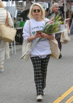 Mae Whitman - Shopping at the Farmers Market in Studio City