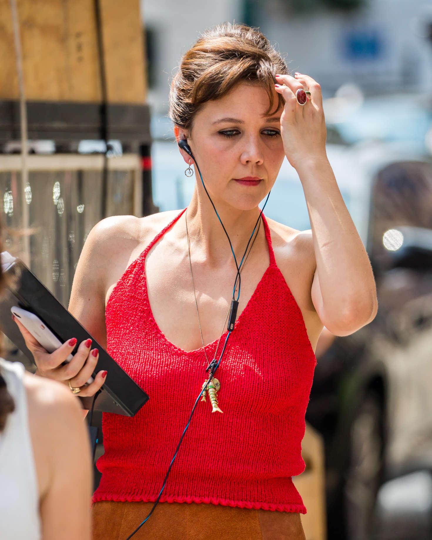 Maggie Gyllenhaal on set of 'The Deuce' in New York City ... мэгги джилленхол