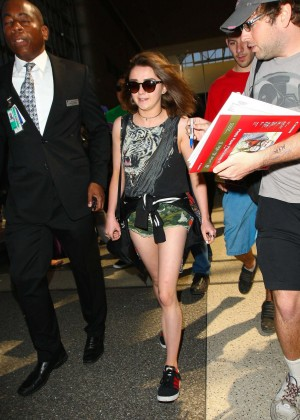 Maisie Williams in Shorts at LAX -01