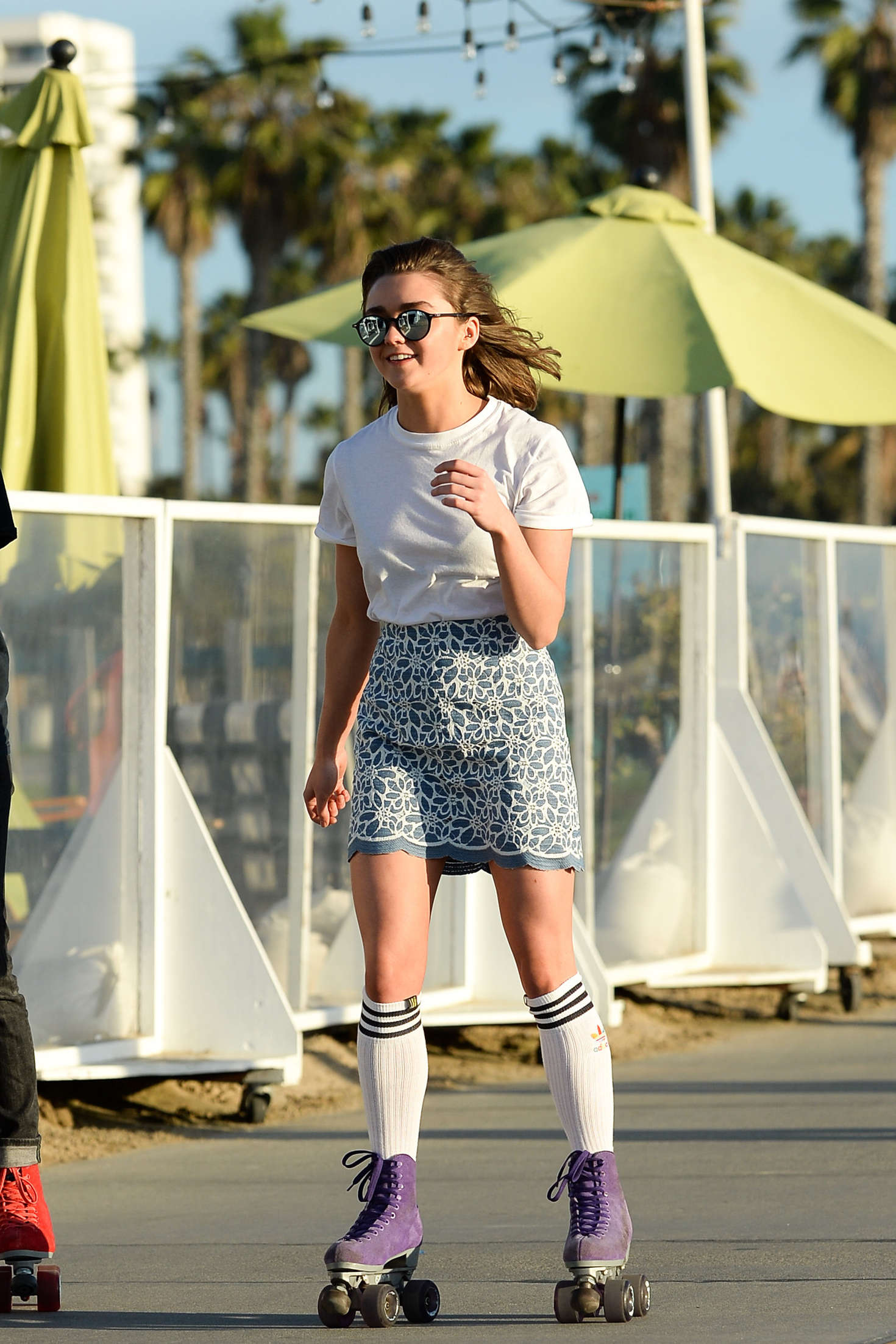 Roller skating kendall - Maisie Williams In Mini Skirt Roller Skating