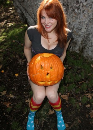 Maitland Ward - Carving her Halloween Jack-O-Lantern in Beverly Hills