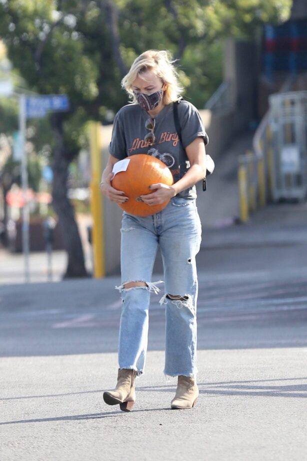 Malin Akerman - Buys a pumpkin for Halloween