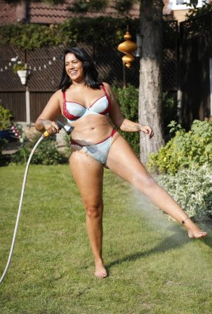 Malin Andersson in a bikini and enjoys cooling off with a hosepipe