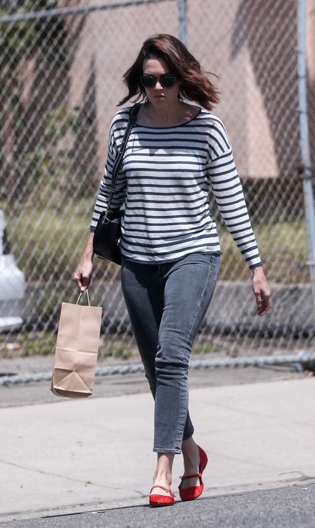 Mandy Moore: Picking up lunch from a restaurant -02