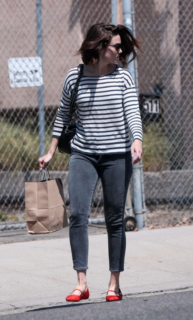 Mandy Moore: Picking up lunch from a restaurant -06