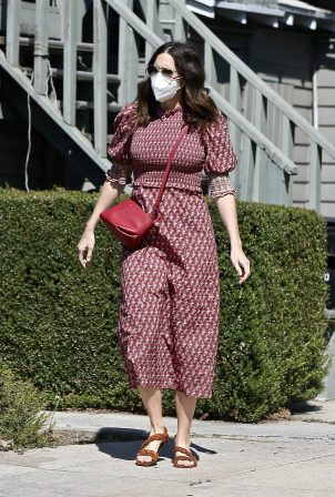 Mandy Moore - Spotted outside an acupuncture center in Los Angeles