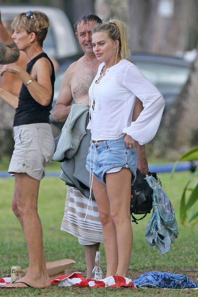 Margot Robbie and Tom Ackerley have a picnic by the beach in Hawaii