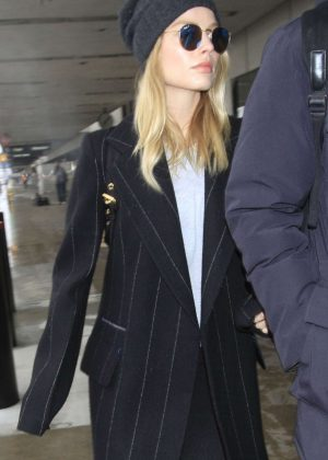Margot Robbie - Arrives at LAX Airport in LA