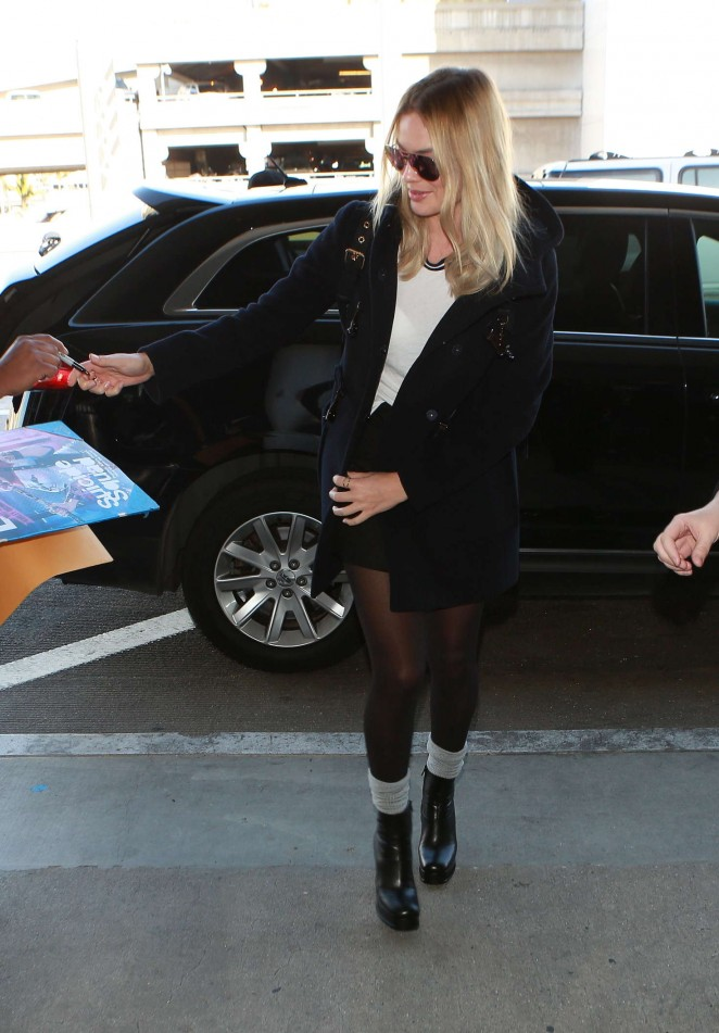 Margot Robbie - Arrives at LAX Airport in Los Angeles