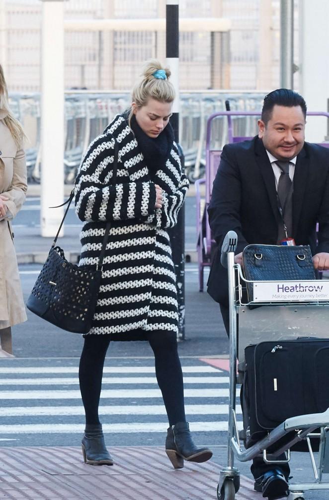 Margot Robbie at Heathrow Airport -03
