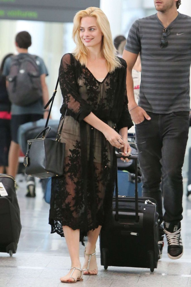 6d222874846 Margot Robbie at Pearson International Airport in Toronto