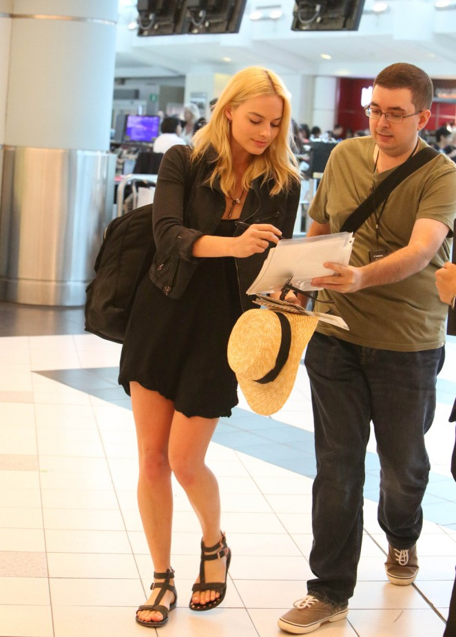 Margot Robbie at Toronto International Airport -03