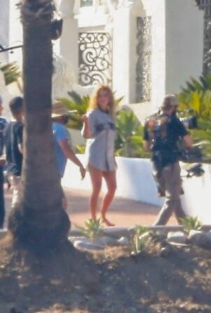 Margot Robbie - Films a scene for 'Babylon' at a mansion in Los Angeles
