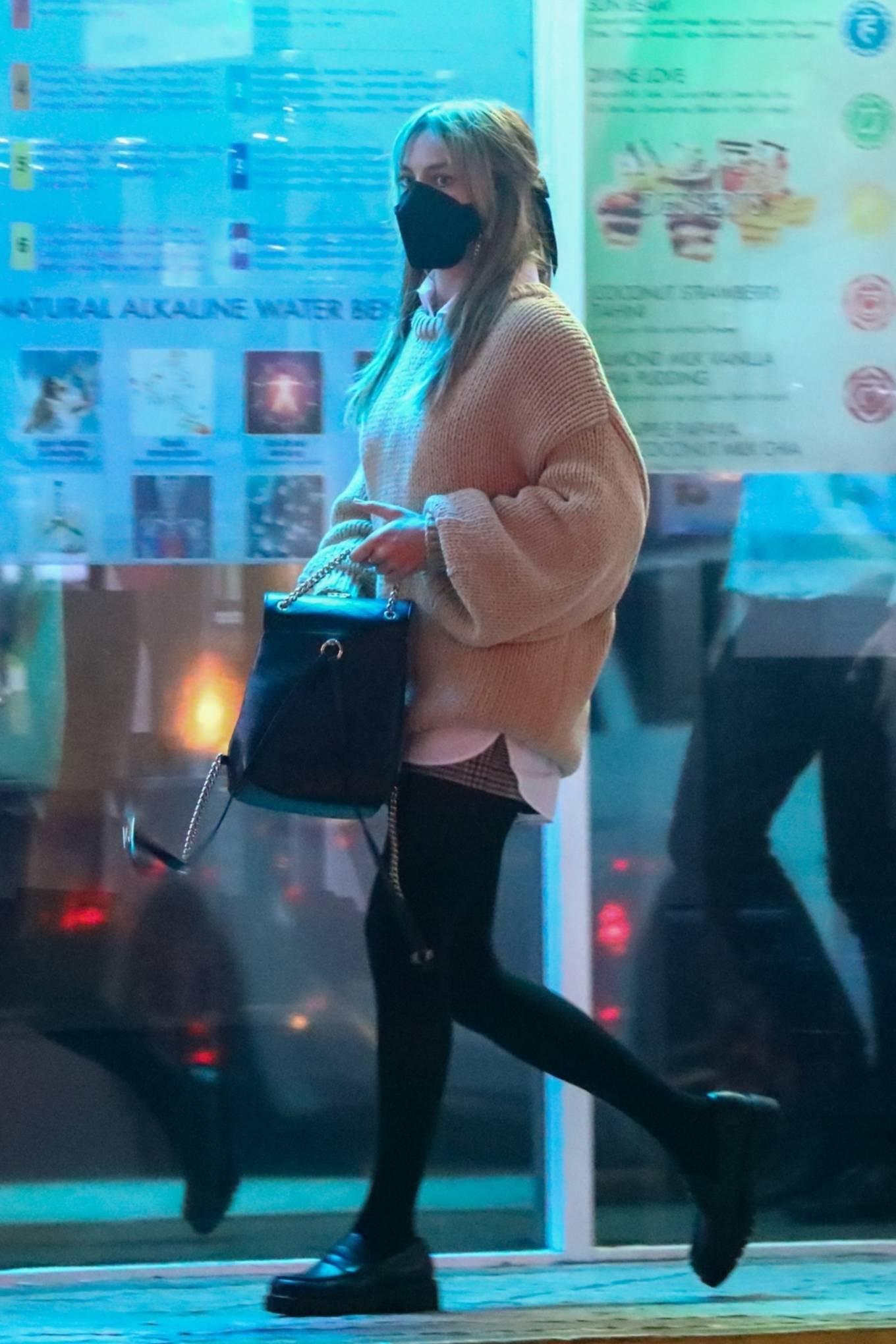 Margot Robbie 2021 : Margot Robbie – Grabs sushi with her hubby Tom Ackerley in Studio City-04