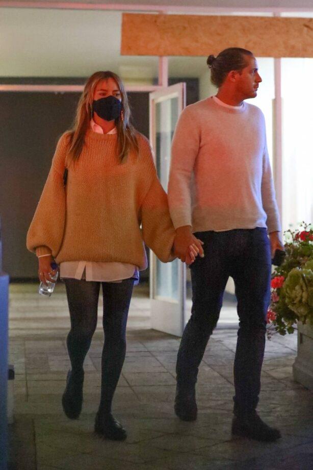 Margot Robbie - Grabs sushi with her hubby Tom Ackerley in Studio City
