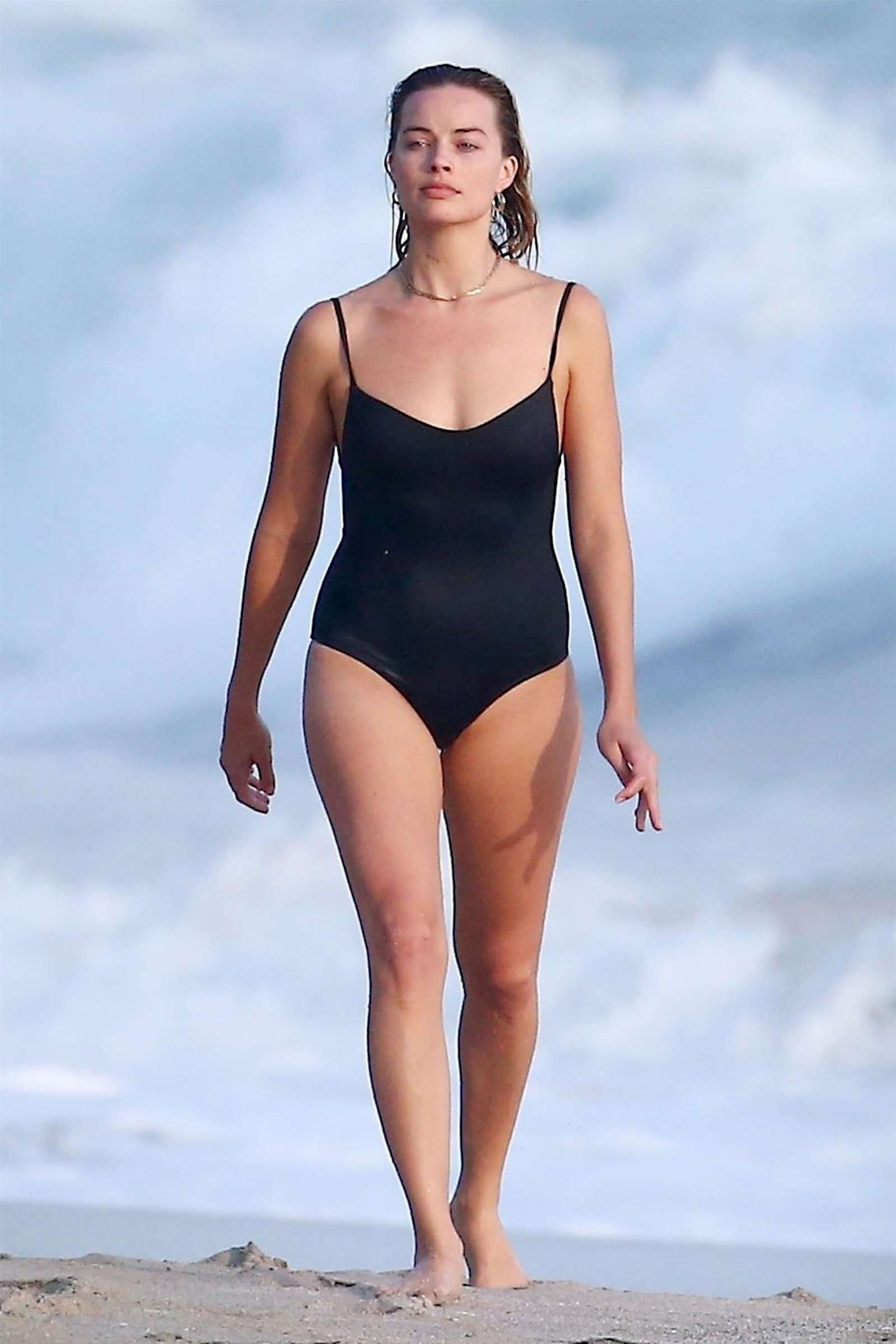 Ohh...la Johansson - Página 3 Margot-Robbie-in-Black-Swimsuit-2018--13