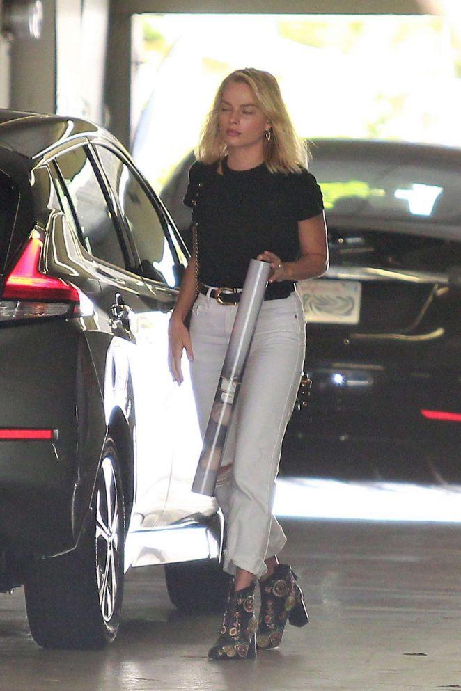 Margot Robbie - Leaving a meeting in LA