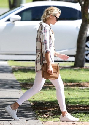 Margot Robbie - Out for lunch in Australia