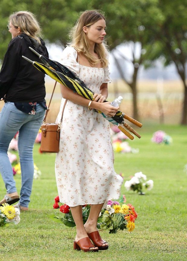 Margot Robbie: Out in Dalby -01