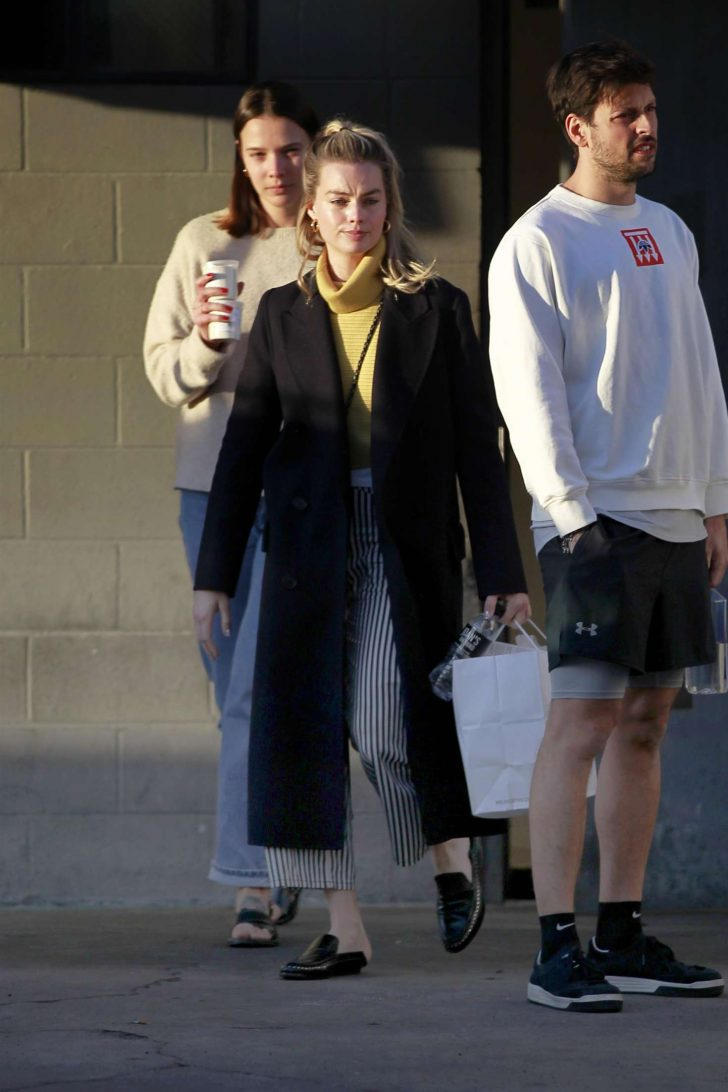 Margot Robbie: Out with her friends in Los Angeles -05