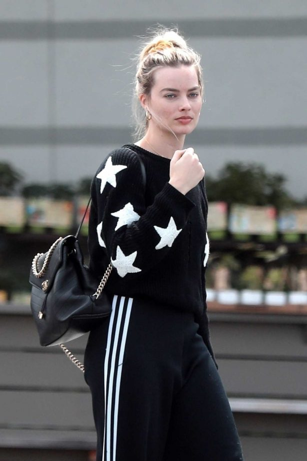 Margot Robbie - Outside a grocery store in Los Angeles