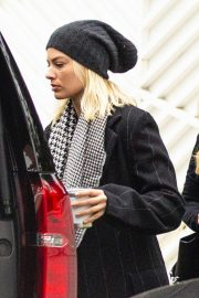 Margot Robbie - Seen packing up in Los Angeles