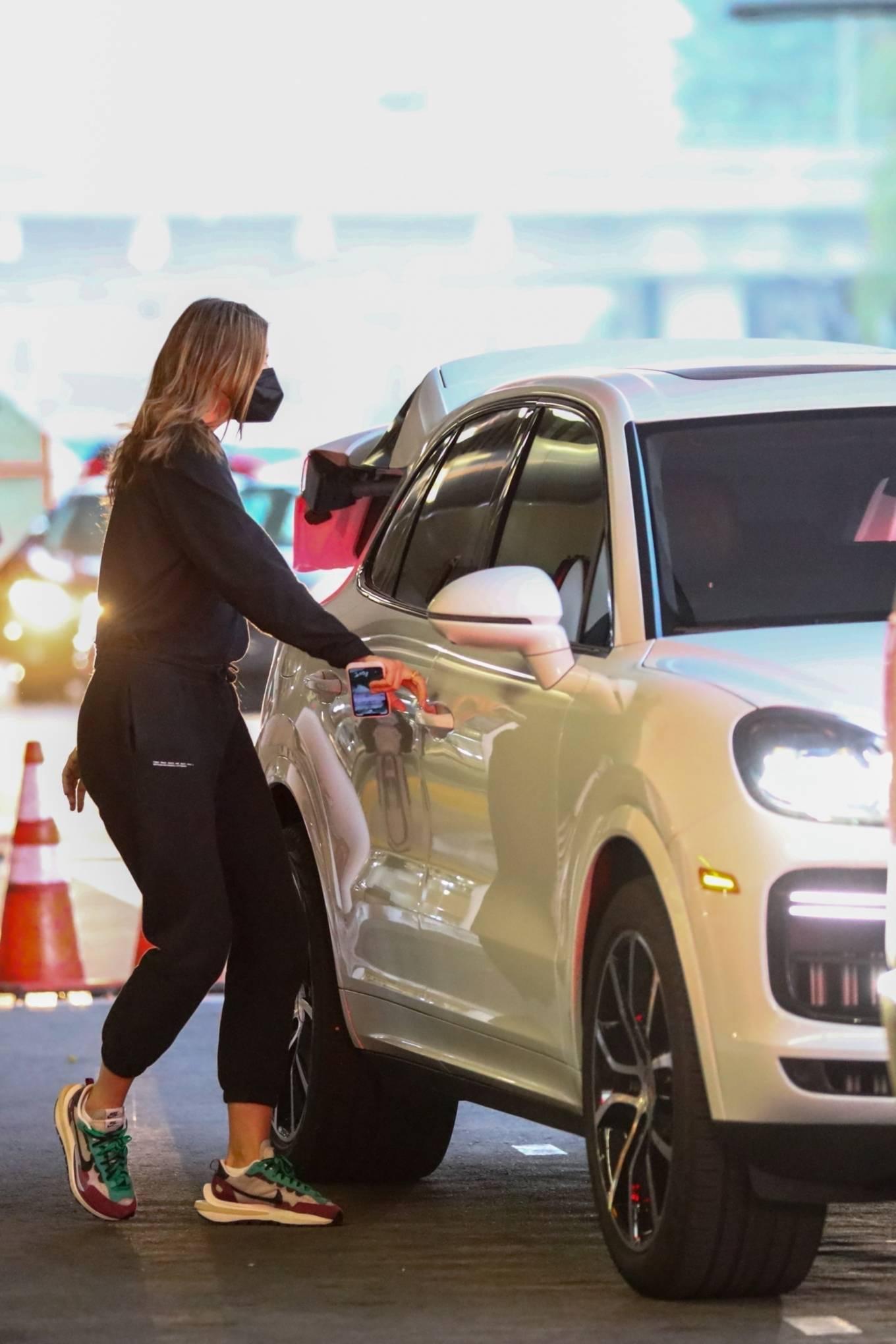 Maria Sharapova 2021 : Maria Sharapova – Arrives at LAX in Los Angeles-02
