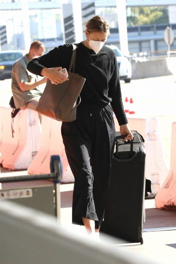 Maria Sharapova - Flashes her huge diamond ring at LAX