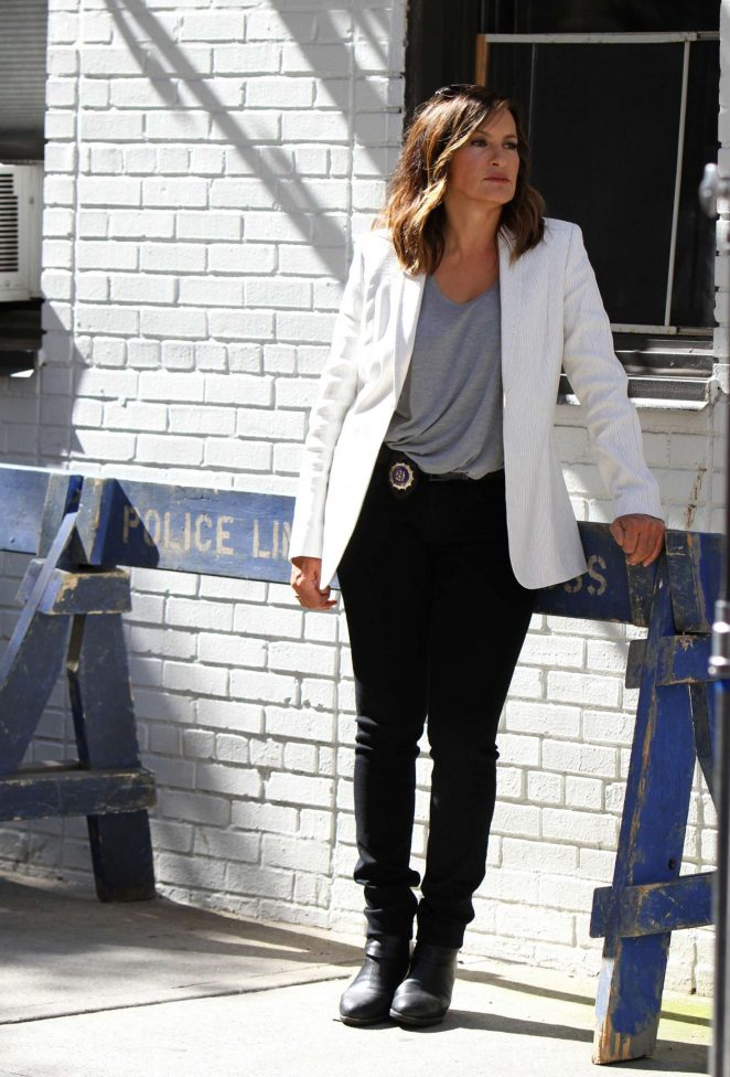 Mariska Hartigay - Filming 'Law and Order: Special Victims Unit' in New York