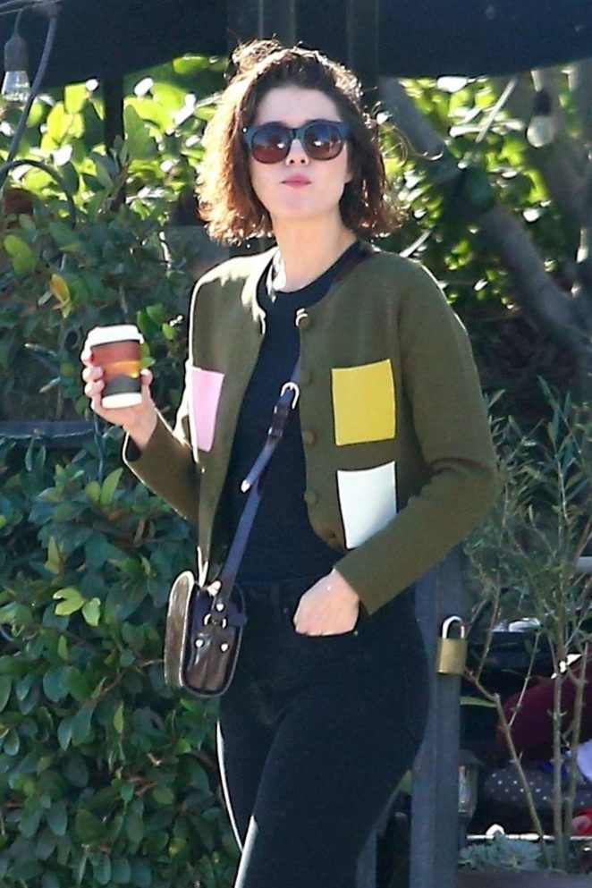 Mary Elizabeth Winstead - Grabs a bite to eat in LA