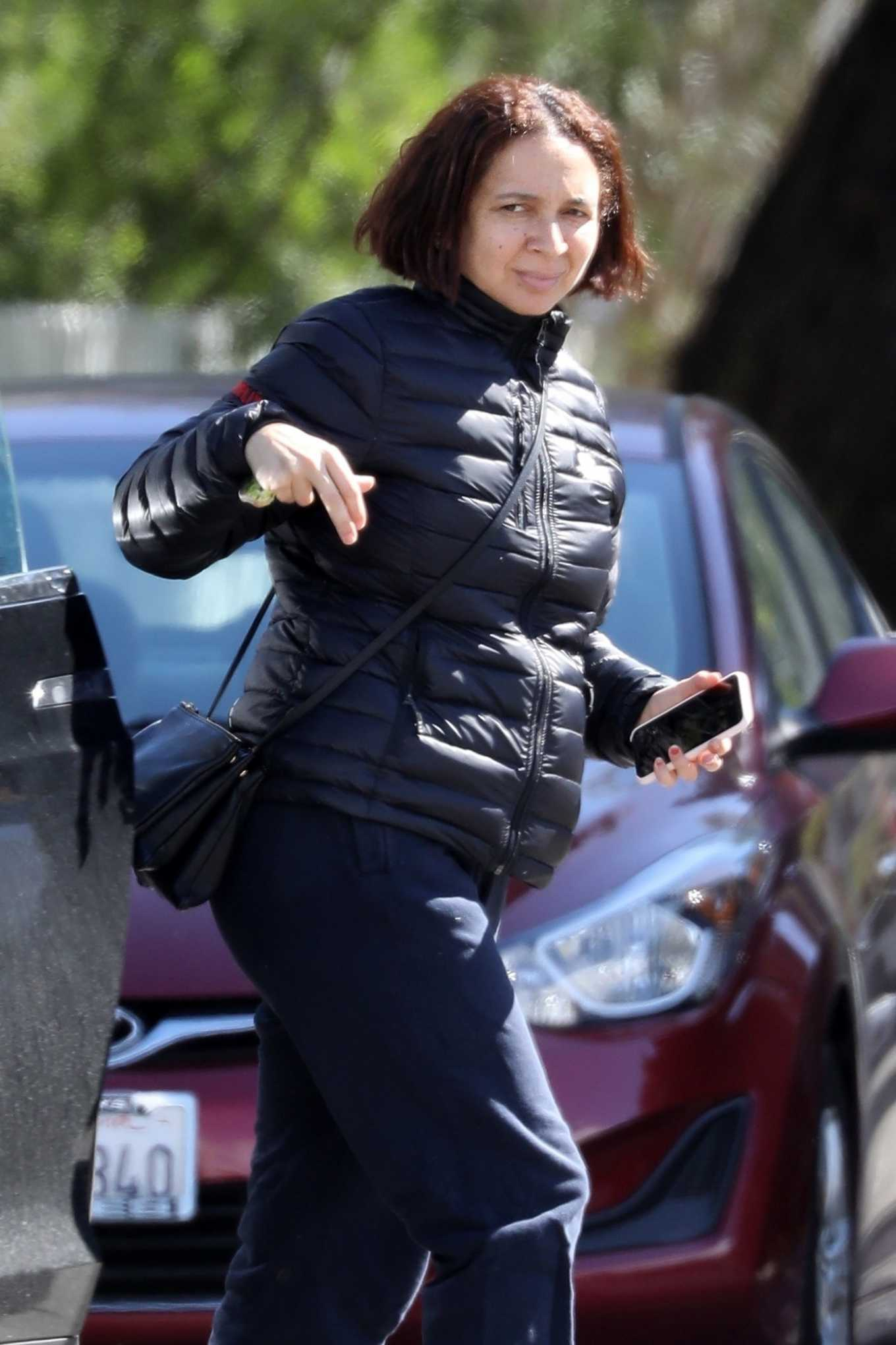 Maya Rudolph - Arrives at a friend's home in LA