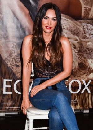 Megan Fox - Appearance at Forever 21 in Glendale