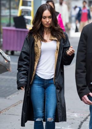 Megan Fox in Ripped Jeans on Teenage Mutant Ninja Turtles 2 -05